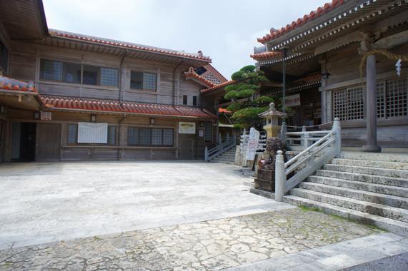 沖縄の普天間宮洞穴(鍾乳洞)