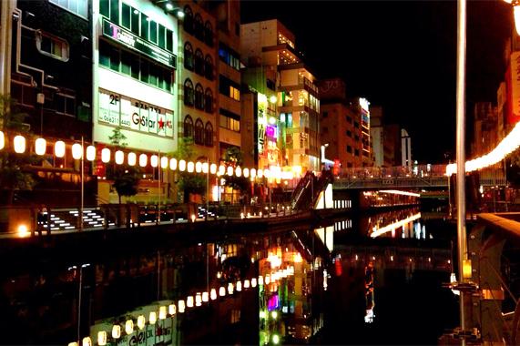 大阪道頓堀の川沿い