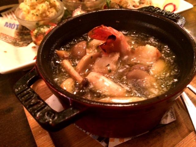 おしゃれな居酒屋バル【長堀ダイナー】の海老とマッシュルームのアヒージョ